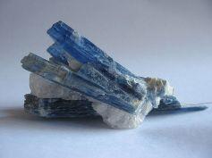 640px-Kyanite_crystals