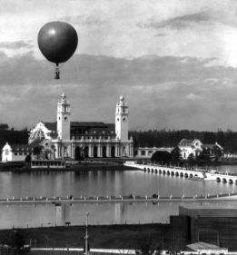 711px-Lewis_and_Clark_Expo_Portland_Oregon_ballon_at_entrance